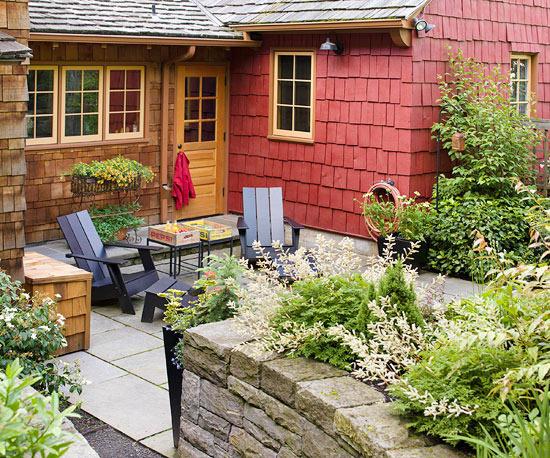 Il giusto equilibrio tra elementi d'arredo e varietà di piante e fiori è la chiave di successo per allestire una zona relax bellissima e rilassante
