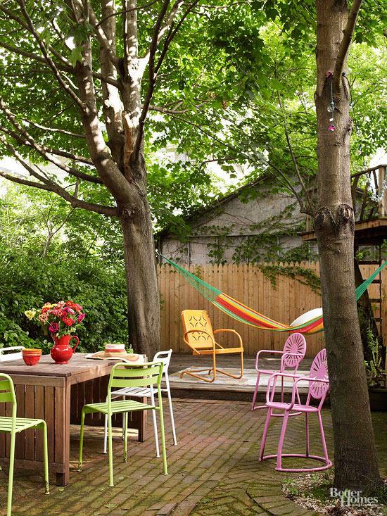 La zona relax che vedete nell'immagine è interamente realizzata con legno e oggetti di recupero