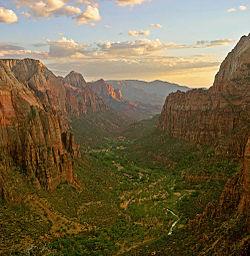 Parque Nacional Zion - 250px-Zion_angels_landing_view