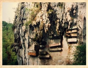 «Si Mahoma no va a la montaña...» Un cementerio colgante - cementerio-colgante-1-300x233