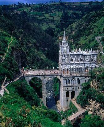 Un santuario en el cañón de un río