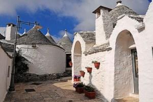 Alberobello: un precioso ejemplo de arquitectura popular en Italia - Trullis-Alberobello-300x200