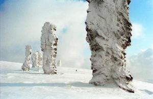 Man-Pupu-Nyor , la montaña de los ídolos - Gigantes-bajo-la-nieve-300x194
