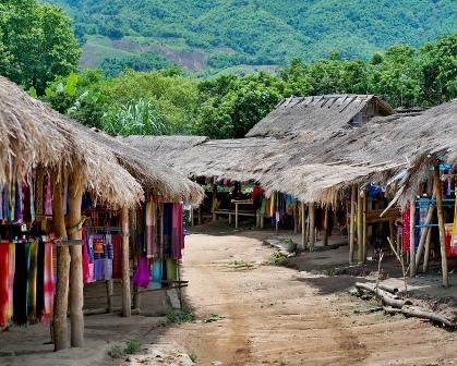 Karen Padagung, la aldea de las mujeres jirafa