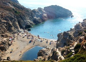 Ikaria, un lugar donde descansar y vivir más - Playa-Ikaria-300x218