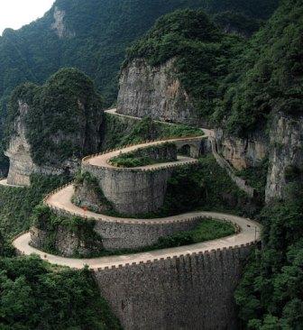 El camino del dragón: 99 curvas y 999 escalones hasta el cielo