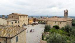 Monteriggioni (Italia) - monteriggioni_piazza-1-300x174