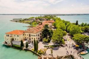 Sirmione (Italia) - depositphotos_48428365-stock-photo-aerial-view-of-sirmione-from-300x199