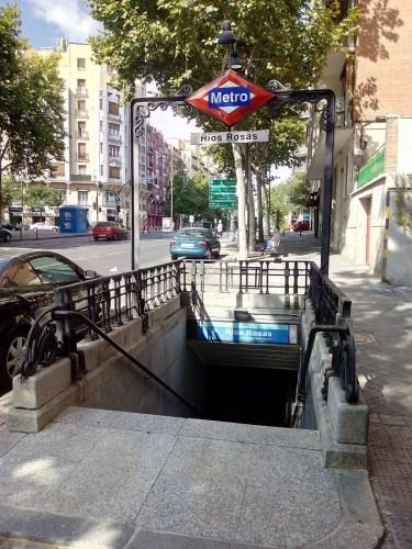 Estación de metro Ríos Rosas, en la acera de la Escuela de Minas.