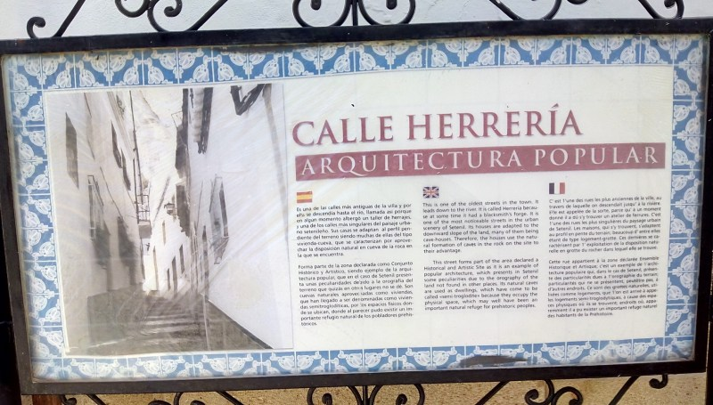 Setenil de las Bodegas - Panel explicativo de la calle Herrerías.