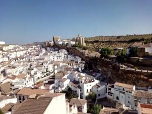 Setenil de las Bodegas - Parte alta del pueblo con el Torreón y la Iglesia al fondo.