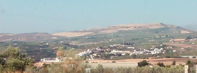 Setenil de las Bodegas - Setenil en la lejanía. No se observa ningún indicio de paisaje kárstico.