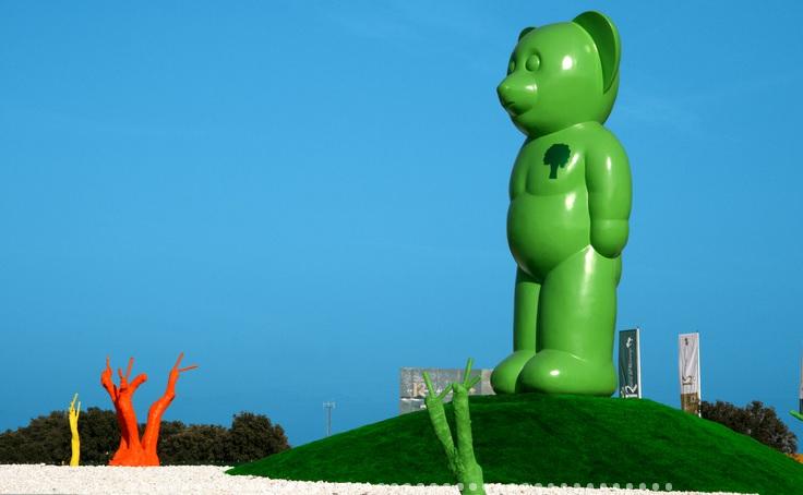 El Oso Verde - Oso verde con su color original y estacas de colores rodeándolo (imagen de la web del autor)