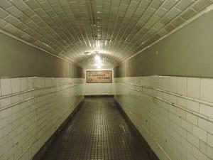 Estación Fantasma de Chamberí - Decoración de pasillos con cerámica blanca