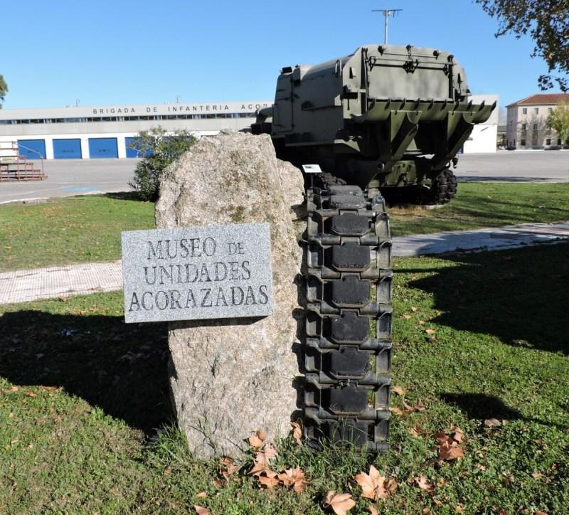 Museo de Carros de Combate - Monolito con oruga