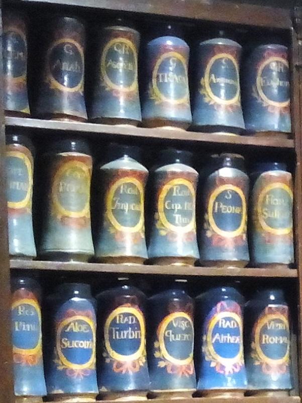 Farmacia Esteva. Albarelos, o potes azules.