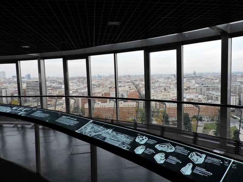 Faro de Moncloa - Los paneles informativos ayudan a situar los edificios