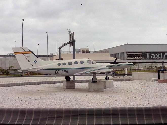 Museo de la Aviación - El Cessna 421 Golden Eagle nos indica la dirección del Museo