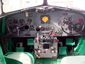 Museo de la Aviación - Cockpit del DC-3, a cuyos mandos podemos sentarnos.
