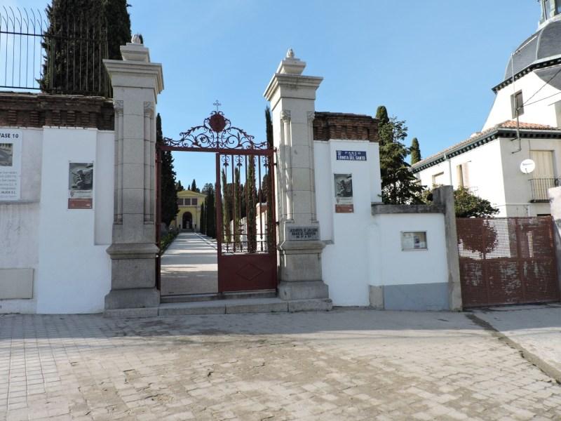 Tumba Ante Pavelic - Entrada al cementerio de la Sacramental de San Isidro