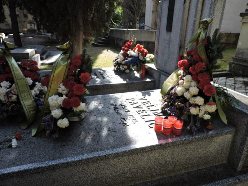 Tumba Ante Pavelic - En la tumba derecha están enterrados sus hijos Velimir y Visnja