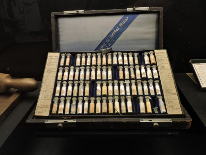 Museo Farmacia Militar - Frascos de alcaloides, como cafeína, codeína, cocaína, o atropina