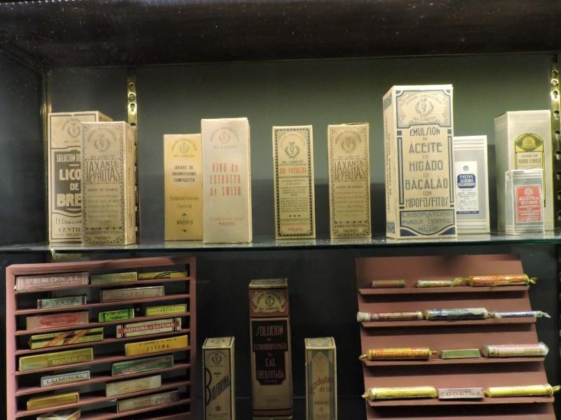 Museo Farmacia Militar - Aceite de ricino, aceite de hígado de balacalao, extracto de smith, cafiaspirinas, bromural, ...