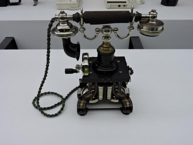 Museo de las Telecomunicaciones - Modelo Skeleton de Ericsson, que fue el primero en colocar un gancho para sujetar el auricular y micro. Incorporaba también magneto.