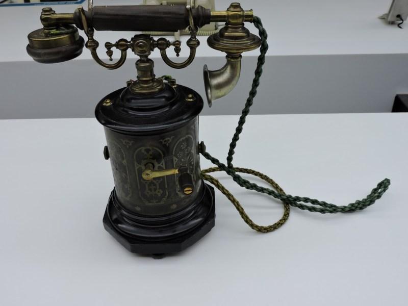 Museo de las Telecomunicaciones - Teléfono Ericsson con timbre por magneto. Había que girar la manivela, para que a la operadora se la encendiera una luz, que indicaba que queríamos hablar.