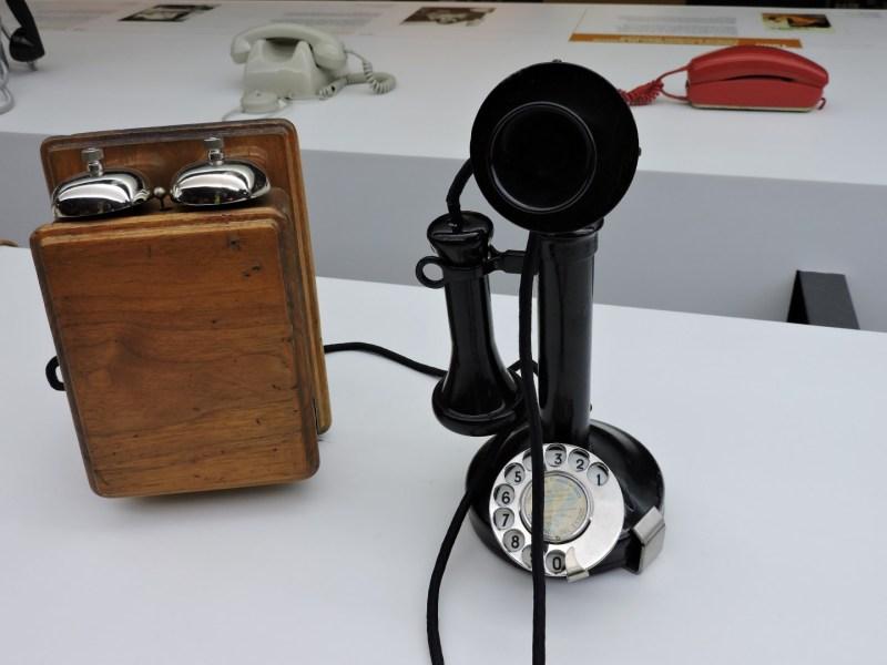 Museo de las Telecomunicaciones - Teléfono de mesa fabricado por Western Electric, con marcación por disco.