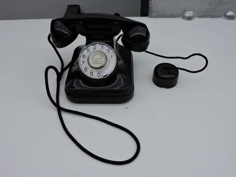 Museo de las Telecomunicaciones - Teléfono de baquelita 5523-EZ de Standard Eléctrica (1956)