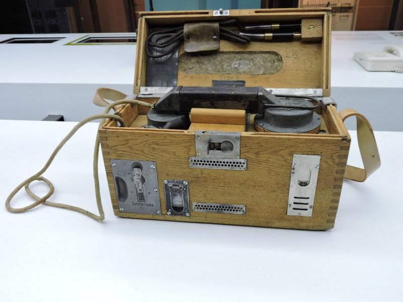 Museo de las Telecomunicaciones - Teléfono de campaña portátil alemán de 1916 que se conectaba directamente a los postes de las líneas telefónicas