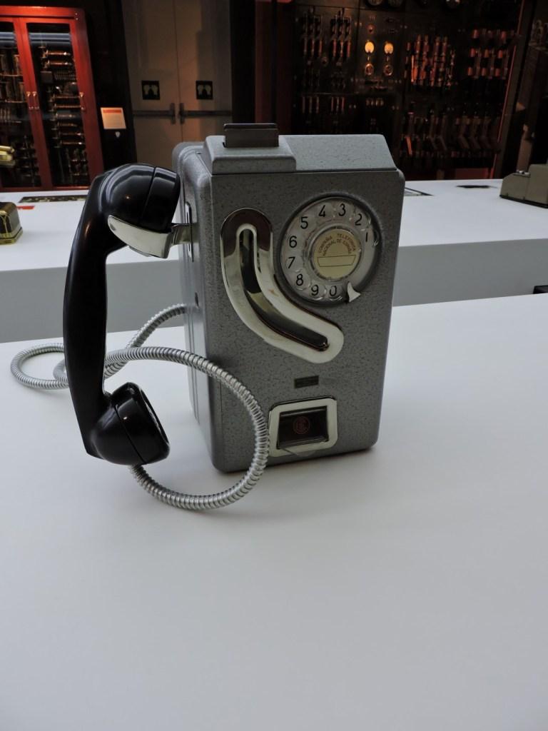 Museo de las Telecomunicaciones - Teléfono de fichas o monedas 5536-M de Standard Eléctrica. Las cabinas se instalaron en España a partir de 1966