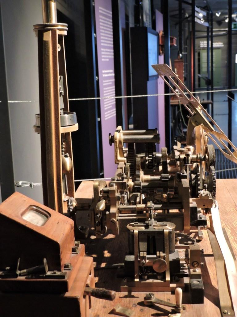 """Museo de las Telecomunicaciones - Para transmitir los mensajes, los operadores """"hughistas"""" tenían que sincronizar sus estaciones muy bien"""