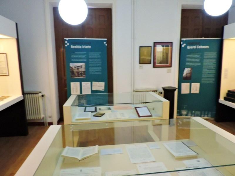 Museo de la Homeopatía - Vitrinas con libros antiguos y enaras explicativas.