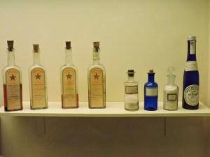 Museo de la Homeopatía - Inyectables electro-homeopáticos (los cuatro frascos de la izquierda).