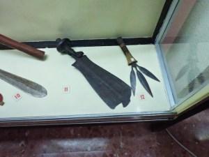 Museo Mundo Negro - Machete cuadrado y cuchillo de tres puntas, usado como símbolo de autoridad, de los madi (Uganda)