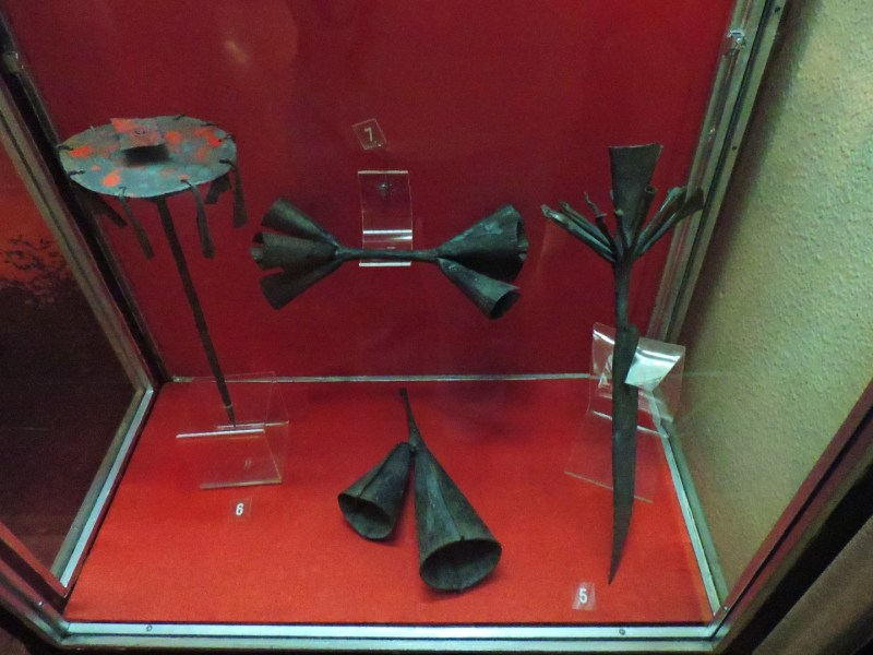 Museo Mundo Negro - Altar vodú de hierro, campanas para llamar a ceremonias e instrumento de vodú de los Ewe.