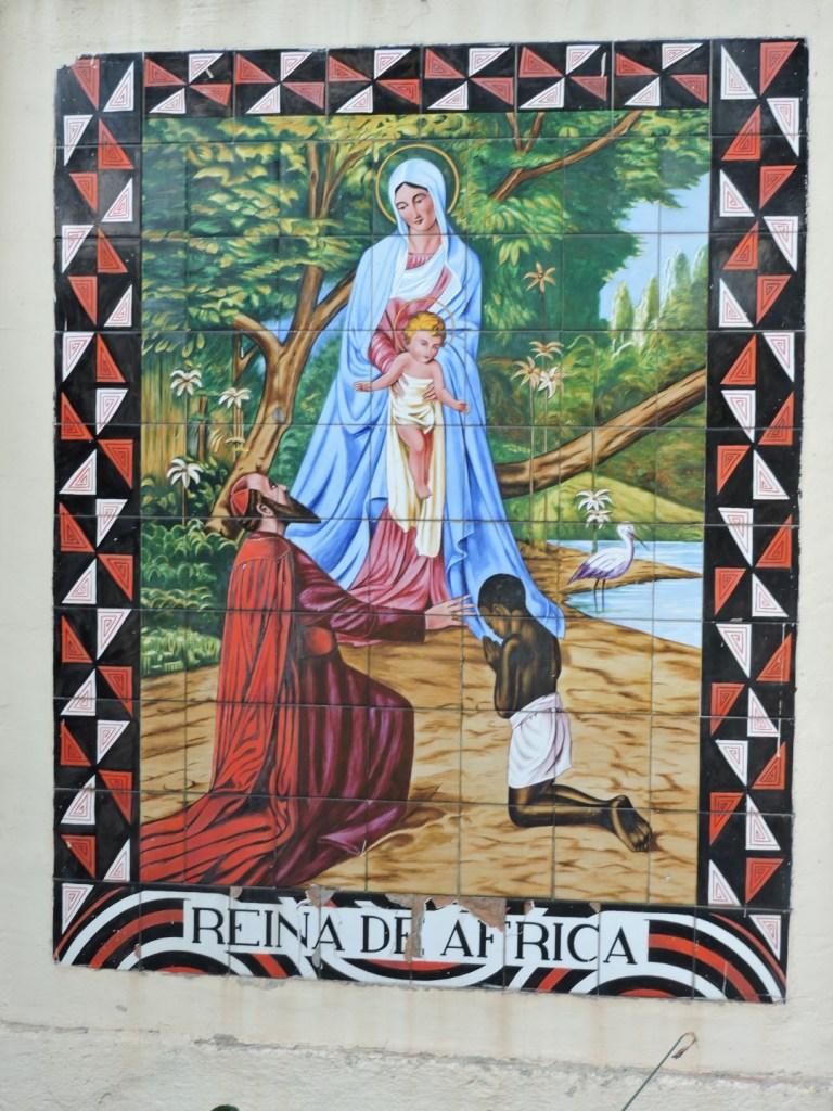 Museo Mundo Negro - Imagen de cerámica representando a Daniel Comboni y un niño africano rezando.