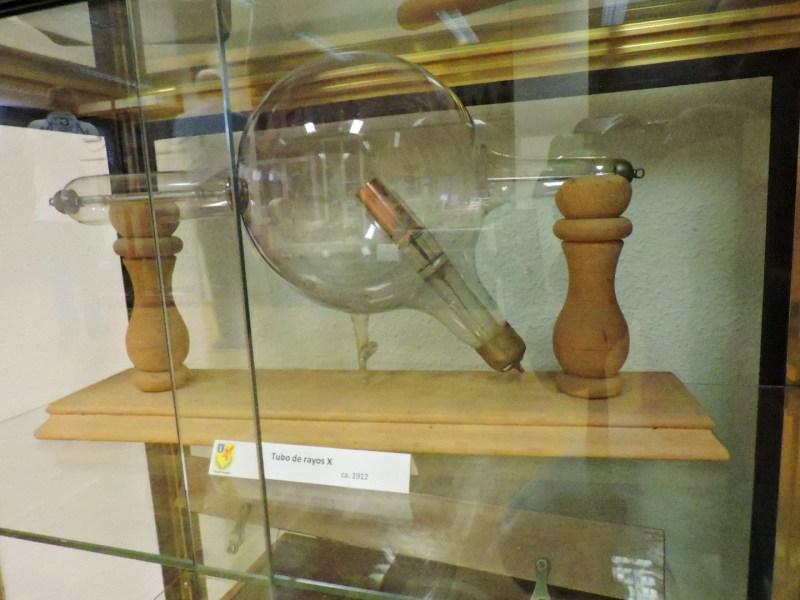 Museo Veterinaria Militar - Tubo de rayos X. Los electrones chocan contra el ánodo, generando una radiación de frenado en forma de rayos X.