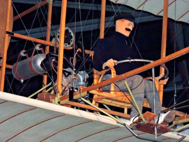 El Vuelo de Juan Olivert - El piloto controlaba el Brunet nº1 mediante un manillar. Al fondo puede verse el motor Anzani.