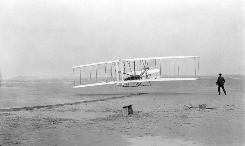 El Vuelo de Juan Olivert - Primer vuelo a motor de la historia, a cargo de los hermanos Wright. Se puede ver a la izquierda la catapulta (2)