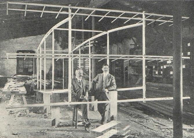El Vuelo de Juan Olivert - Olivert y Brunet con el esqueleto de su avión en los talleres de Rosell y Vilalta. Delante se encuentra una maqueta a escala (6)