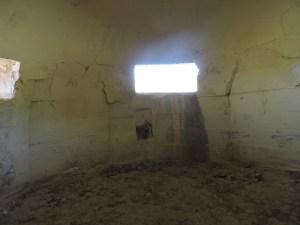 Blockhaus13 - Interior de uno de los tres búnkeres hemiesféricos más pequeños.