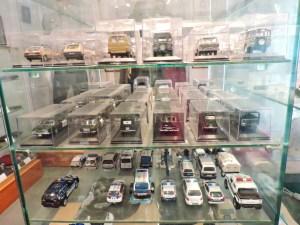 Colección de la Policía de Boadilla - Una de las vitrinas contiene muchas miniaturas de coches de policía.
