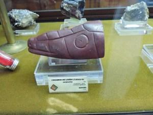 Museo Histórico-Minero - Cabeza de serpiente labrada en cinabrio.