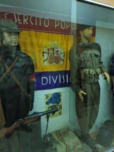 Museo División Azul - Uniformes de la CNT y republicano. En este Museo hay objetos de todos los bandos.