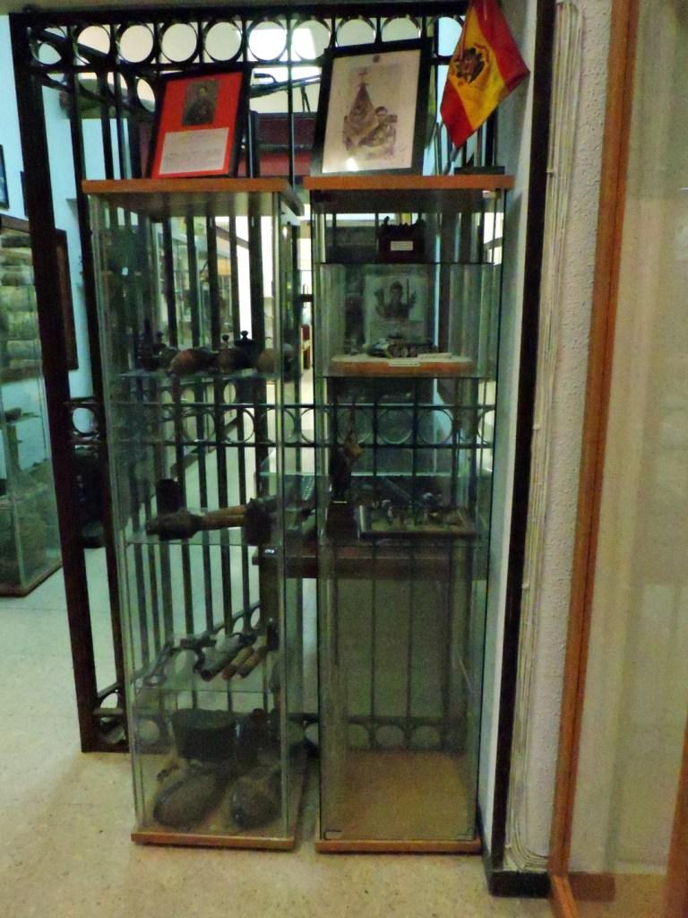 Museo División Azul - El museo está lleno de vitrinas de todo tipo.