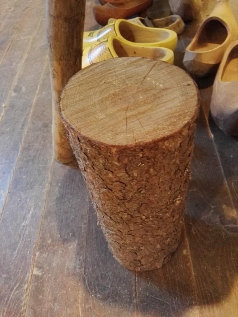 Museo del Zueco - Se escogía un tronco de pino del tamaño de los zuecos a fabricar.