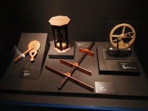 El Galeón de Manila - De izq. a drch.: nocturlabio, ampolleta, ballestilla y astrolabio. Los marinos españoles desarrollaron mucha instrumentación náutica.